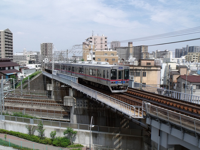 Keisei Main Line in action. Photo courtesy of Matt Maness (CC license).